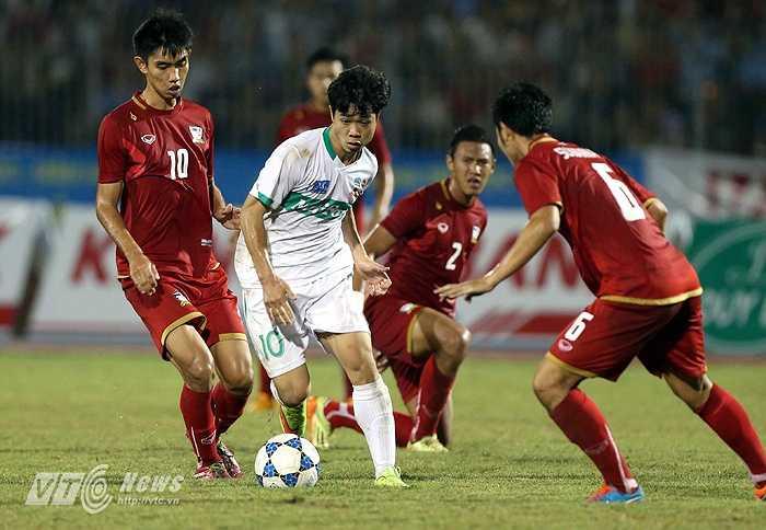 Công Phượng giữa vòng vây của các cầu thủ Thái Lan. (Ảnh: Quang Minh)