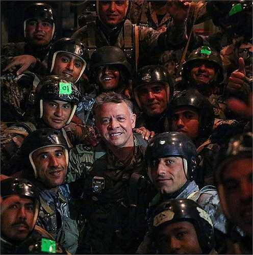 Vui vẻ chụp ảnh cùng các binh sĩ quân đội