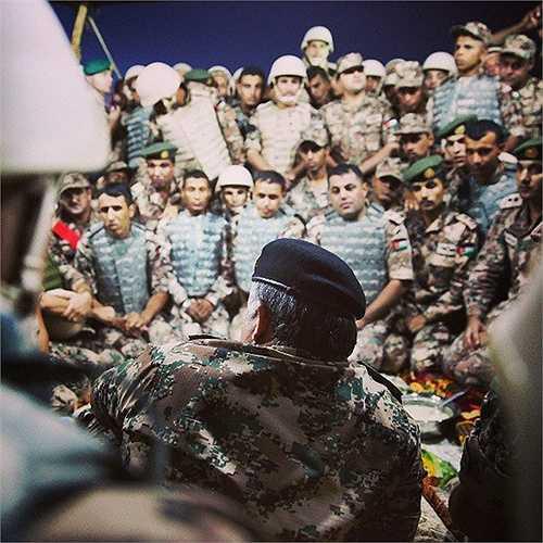 Nhà Vua thường xuyên trò chuyện với binh sĩ