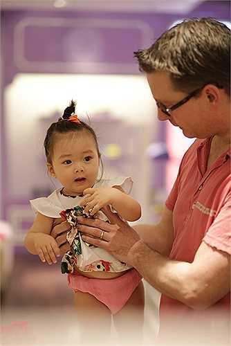 Mới đây, vợ chồng Đoan Trang đưa con gái đi shopping ở một trung tâm thương mại ở TP HCM trước khi vợ chồng cô đi nước ngoài du lịch.
