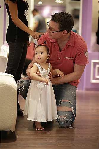 Ông xã Đoan Trang cũng tỏ ra rất cưng chiều con gái yêu