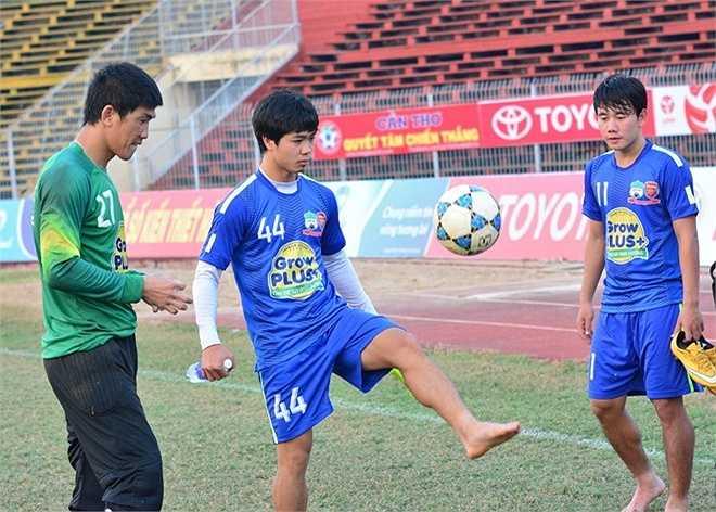 Sau đó, anh còn trổ tài tâng bóng trước sự chứng kiến của Minh Vương và thủ môn Minh Nhựt. (Theo Zing.vn)