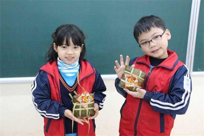 Các em học sinh được mang những chiếc bánh do mình tự tay gói để về biếu ông bà, bố mẹ