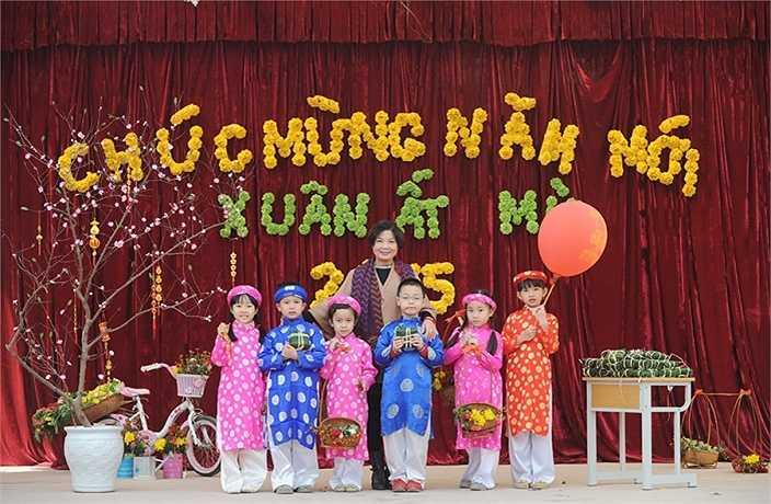 Cô Trương Thị Cẩm Tú, hiệu trưởng trường tiểu học Công nghệ giáo dục chia sẻ: 'Tôn trọng trẻ, hiểu trẻ và biết làm bạn với trẻ' là phương châm để giúp trẻ có ý thức trách nhiệm và dễ thích nghi với hoàn cảnh mới.