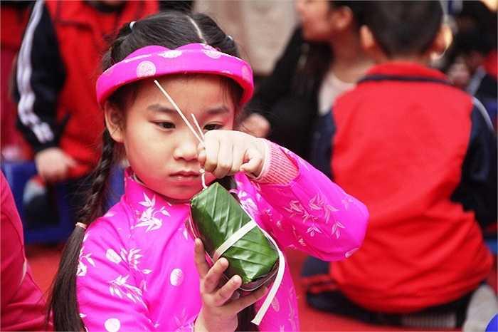 Nhiều em nhỏ rất khéo léo khi buộc lạt cho bánh chưng
