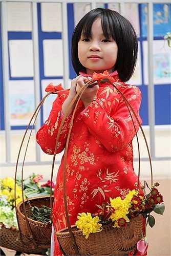 Các em gái diện những chiếc áo dài rực rỡ tham gia vào chợ hoa xuân