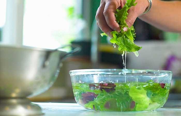 Các loại rau có bẹ như cải, cải thảo... nên cắt bỏ phần gốc, tách rời từng lá, nhặt bỏ lá sâu. Sau đó, ngâm rau vào nước hòa thuốc tím khoảng 15 phút rồi rửa kỹ từng lá dưới vòi nước chảy vài lần trước khi đưa vào chế biến tiếp.