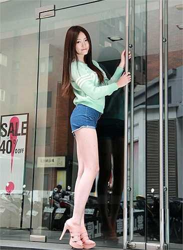Thiếu nữ xinh đẹp được cộng đồng mạng Đài Loan, Trung Quốc, Nhật Bản mến mộ bởi gương mặt tự nhiên cuốn hút, thân hình chuẩn, đặc biệt là cặp chân dài miên man.