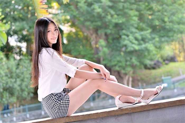 Nụ cười dịu dàng của người đẹp chân dài 19 tuổi.