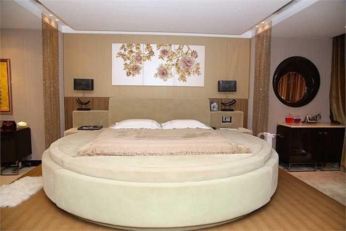 Phòng ngủ của nam ca sỹ không có nhiều đồ đạc.Hầu hết các vật dụng được bày trí trong phòng đều do đích thân cựu HLV The Voice mua từ nước ngoài về. Chiếc giường của anh cũng được chọn theo sở thích riêng của chủ nhân, có thể rung, massage hay nâng lên nâng xuống theo ý muốn của người nằm.