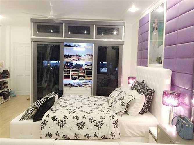 Phòng ngủ theo style tiểu thư của Ngọc Trinh: Nữ hoàng nội ylấy tông trắng làm gam màu chủ đạo và tạo điểm nhất cho căn phòng bằng sắc tím - xám. Sự kết hợp này tạo nên một tổng thể khá hài hòa và nhẹ nhàng cho không gian riêng tư sau những giờ làm việc mệt mỏi.