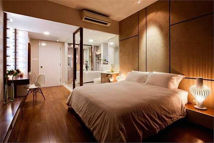 Phòng ngủ hoàn toàn bằng gỗ của Thái Hà:Sau khi tậu cho bản thân một căn hộ ngay tại trung tâm TP.HCM rộng khoảng 100m2, chân dài trang trí phòng ngủ hoàn toàn bằng gỗ với tông màu nâu nhẹ, mang tới cảm giác ấm áp, dễ chịu.