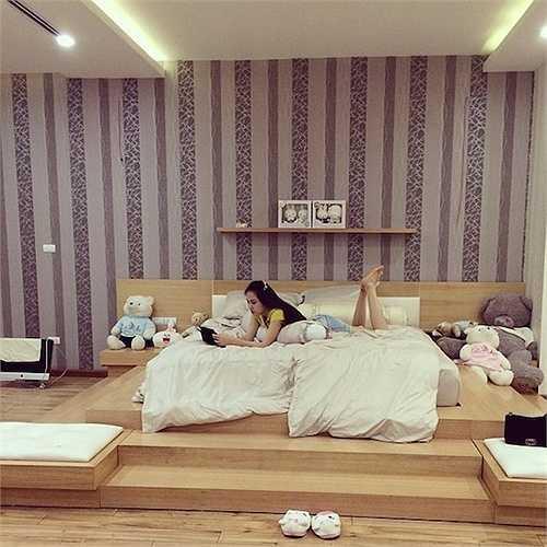 Phòng ngủ theo phong cách hiện đại của Ngọc Thạch:Chân dài từng được ông trùm Vũ Khắc Tiệp quản lý rất thích gấu bông nên xung quanh giường ngủ của vợ chồng cô là những con gấu xinh xắn, đáng yêu.
