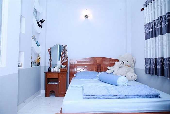 Phòng ngủ ton-sur-ton màu xanh của Hồ Quang Hiếu:Phòng riêng của giọng ca Túp lều lý tưởng rất gọn gàng. Anh chọn tông màu xanh nước biển tạo cảm giác thư thái, êm dịu khi nghỉ ngơi.  (Theo Zing)