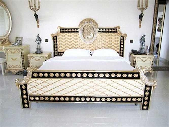 Phòng ngủ theo phong cách hoàng gia của Hà Tăng: Phòng ngủ của gia đình ngọc nữ làng điện ảnh được thiết kế theo phong cách hoàng gia để phù hợp với toàn bộ kiến trúc của căn biệt thự xa hoa nằm ở quận 2 - TP.HCM.