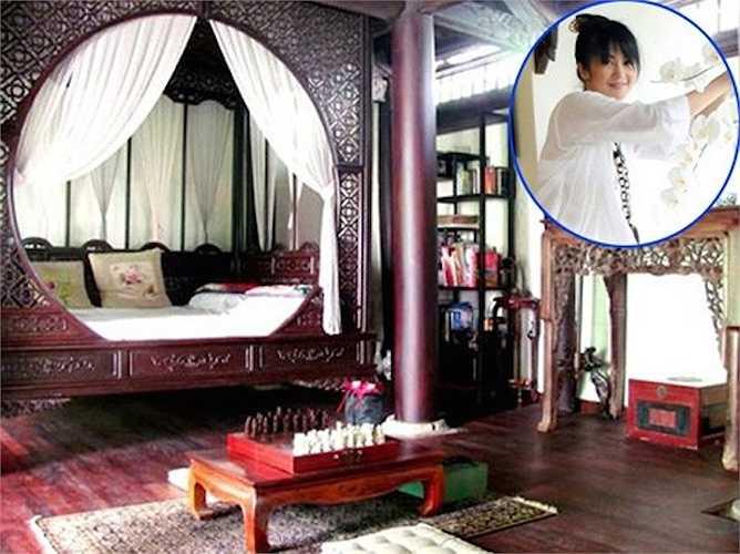 Giường ngủ theo phong cách xưa của Hồng Nhung: Phòng ngủ của 'cô Bống' được thiết kế khá cổ điển, theo phong cách của các tiểu thư xa xưa. Gỗ được sử dụng để sáng tạo chủ đạo nên chiếc giường và màu trắng của chăn và gối tạo nên sự hài hòa.