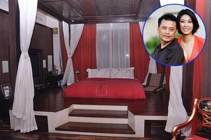 Phòng ngủ cầu kỳ của Hoa hậu Hà Kiều Anh:Chiếc giường ngủ của cựu Hoa hậu Hà Kiều Anh được trang trí theo phong cách cổ xưa với bậc cầu thang lên xuống phân cách với nền nhà.