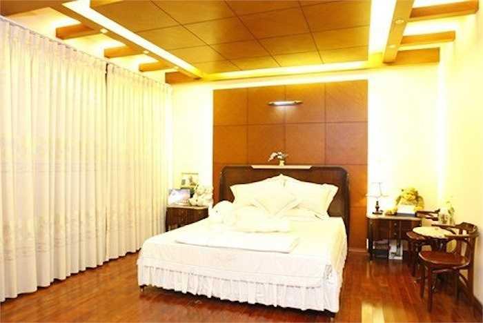 Phòng ngủ thiết kế từ gỗ quý của Hồ Quỳnh Hương:Không gian riêng của giám khảo X Factor phiên bản Việt được trang trí khá đơn giản. Cô sử dụng các loại gỗ quý và khéo léo kết hợp với dàn đèn tạo nên sự ấm cúng cho căn phòng.