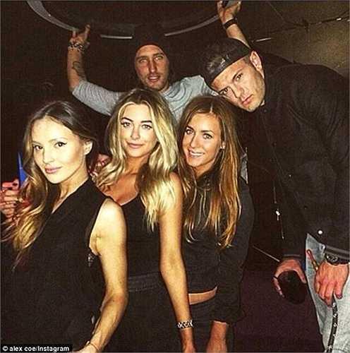 Trong hộp đêm tại London tuần trước, Jack Wilshere đã vui thú bên rất nhiều người đẹp và có vẻ như anh chàng còn hút cả chất kích thích shisha.