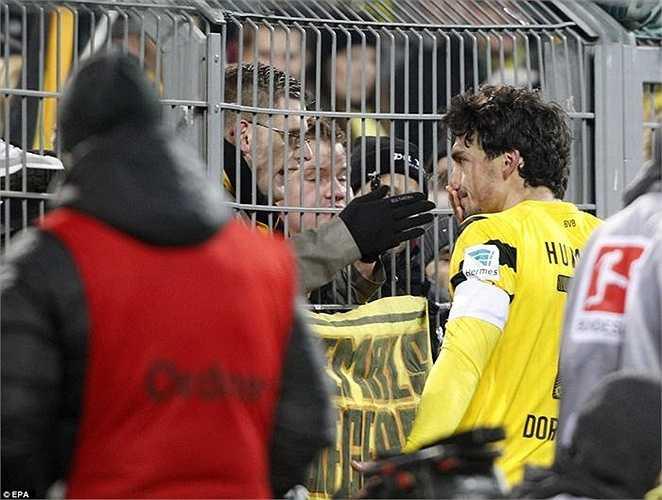 Sau trận thua Augsburg 0-1, Mats Hummels và Roman Weidenfeller đã làm mọi cách để kiềm cơn nóng giận từ các CĐV Dortmund.