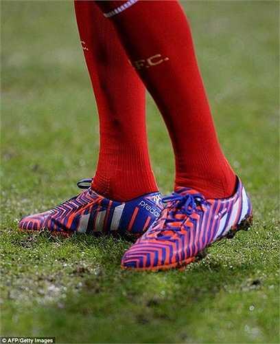 Trong lịch sử Liverpool, chỉ có hai cầu thủ đá nhiều trận hơn Gerrard là Jamie Carragher (737) và Ian Callaghan (857).