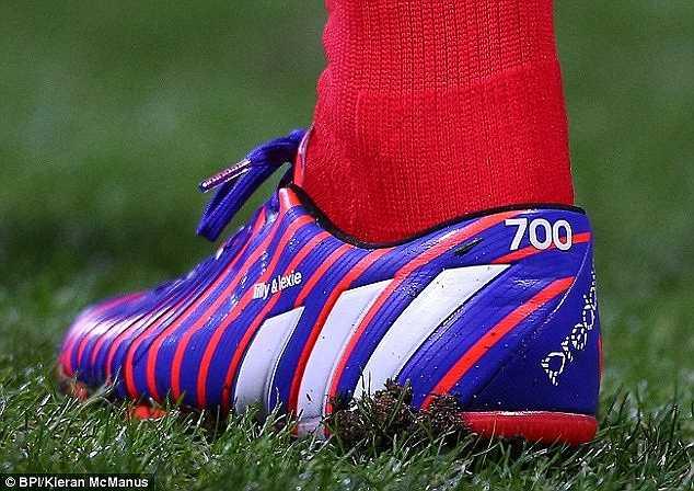 Đôi giày kỉ niệm của Gerrard, có khắc tên hai cô con gái của anh.