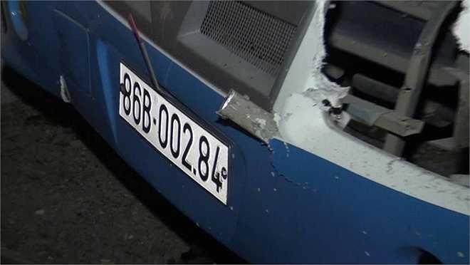 Xe khách biển số 51B-14122 chạy từ TP.HCM đi Nghệ An khi đến xã Hàm Minh (huyện Hàm Thuận Nam) đã tông vào xe khách biển số 86B-00284 chạy chiều ngược lại. (Ảnh: Zing)