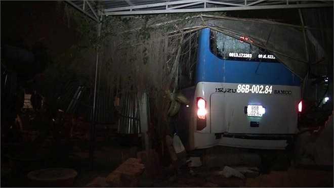 Tại hiện trường vụ tai nạn, xe khách 86B-00284 văng vào nhà dân khiến tường căn nhà sập đổ. Bánh xe trước, phía bên trái xe khách 51B-14122 bị nổ. (Ảnh: Zing)