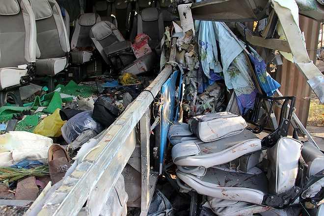 Các dãy ghế ngồi trên xe khách bị ép chặt, nằm tứ tung. 'Trong số các nạn nhân bị thương có một số trẻ nhỏ', một nhân chứng cho biết