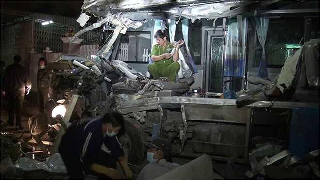 Vụ tai nạn giao thông nghiêm trọng làm 10 người chết và 9 người bị thương. Ngay sau đó, lực lượng chức năng đã có mặt tại hiện trường điều tiết giao thông, cứu chữa người bị nạn.  (Ảnh Zing)