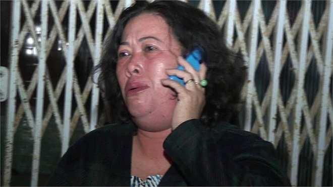 Một hành khách may mắn sống sót gọi điện thông báo cho người thân. (Ảnh Zing)