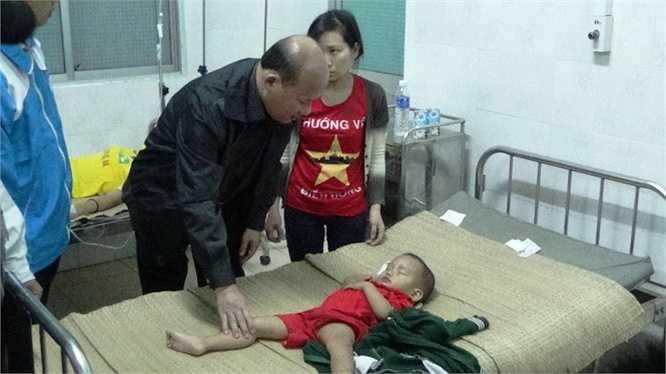 Chủ tịch UBND tỉnh Bình Thuận Lê Tiến Phương thăm hỏi người bị thương. (Ảnh: Tuổi trẻ)