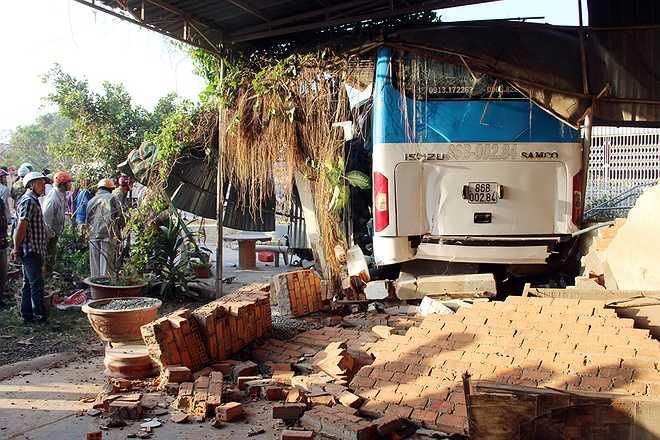 Phó Thủ tướng phân công đồng chí Phó Chủ tịch chuyên trách Khuất Việt Hùng đến Bình Thuận phối hợp Ủy ban nhân dân, Ban An toàn giao thông tỉnh Bình Thuận chỉ đạo công tác hỗ trợ, khắc phục hậu quả tai nạn.(Ảnh: VNE)