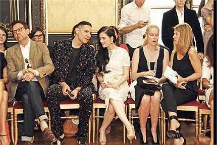 Tham dự show của Alexis Mabille, Lý Nhã Kỳ cũng diện bộ đồ của hãng và cô đã nhanh chóng thu hút ống kính của phóng viên.