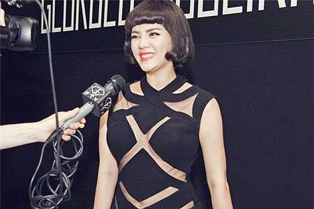 Đặc biệt, bộ váy LNK diện trong show diễn năm nay cũng được đích thân NTK Georges Hobeika chọn riêng cho cô.