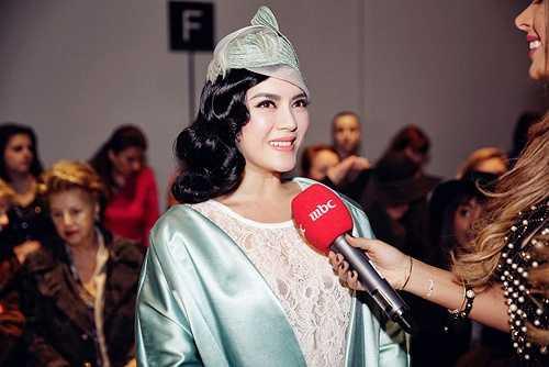 Kiều nữ khoác một chiếc áo khoác màu xanh dịu nhẹ, mang phong cách cổ điển, quý phái của thương hiệu Roksanda
