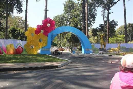 Hội hoa xuân công viên Tao Đàn còn chưa đầy 10 ngày nữa sẽ khai mạc. Tuy nhiên, cổng của hội hoa xuân đã được trang trí bắt mắt với khung vòm cổng kết hoa mai và đào rực rỡ