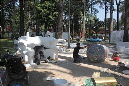 Bên cạnh đó, các nghệ nhân cũng đang hoàn thiện một gia đình dê khác cho 2 lỗi vào Hội hoa xuân công viên Tao Đàn