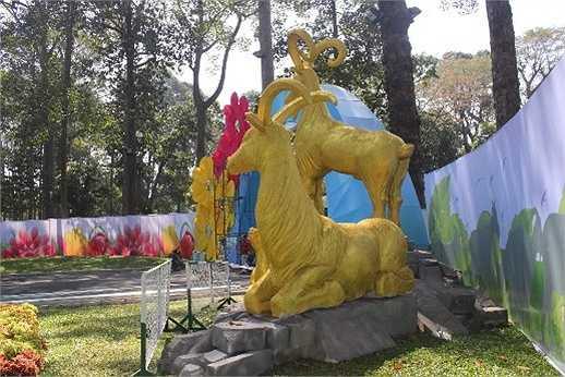 Mô hình 'Gia đình dê núi Ất Mùi' kết bằng hoa bất tử, mô hình núi đá Ninh Bình đã được hoàn thiện và dựng lên.
