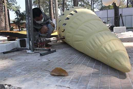 Nghệ nhân này đang hoàn thiện một con ốc biển