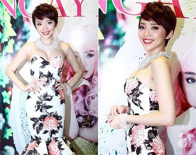 Tóc Tiên thu hút mọi ống kính khi cô diện bộ váy ngắn họa tiết in hoa của nhà thiết kế Lý Quí Khánh. Trang phục ôm sát lấy thân hình làm nổi bật lên đường cong của nữ ca sĩ. Đáng chú ý hơn, thiết kế cúp ngực còn giúp Tóc Tiên khoe khuôn vòng 1 đầy đặn.