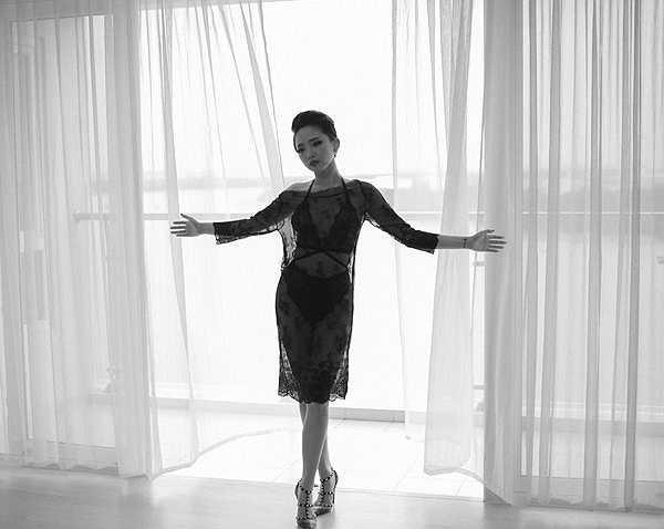 Hay trong MV ca nhạc Tell Me Why ra mắt hồi tháng 11 năm ngoái, Tóc Tiên bốc lửa không kém khi diện bộ váy ren mỏng, nhìn thấu được nội y bên trong.