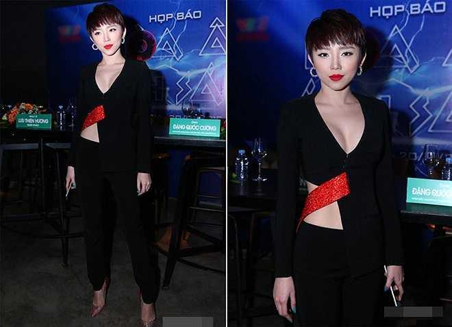 Ngoài váy, Tóc Tiên còn khéo khoe lợi thế vòng 1 từ chiếc áo sơ mi dài tay phối chiết eo, khoét cổ sâu của NTK Kim Khanh, mang đến vẻ gợi cảm nhưng cũng cá tính cho người mặc.