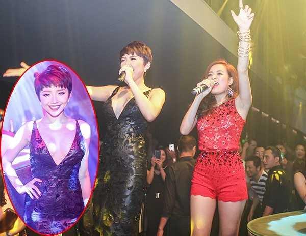 Dự sự kiện khai trương một club cùng Hoàng Thùy Linh, Tóc Tiên vẫn gây được sức hút riêng trong bộ váy da họa tiết chìm, khoét sâu phần ngực và để lộ tấm lưng trần.