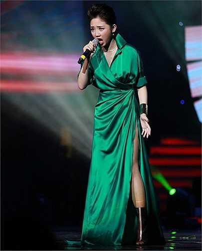 Bộ đồ diễn ấn tượng với màu xanh ngọc hợp xu hướng, ngoại trừ phần xẻ tà thì bộ váy khá kín đáo, tiết chế sexy ở mức vừa đủ.