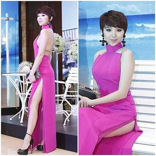 Trong một sự kiện, Tóc Tiên tiếp tục gây chú ý qua chiếc đầm có thiết kế khoét lưng kết hợp với xẻ tà cao dễ gây sự cố khi ngồi.