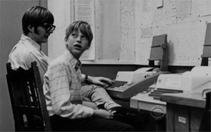 Khi còn là một thiếu niên ở trường Lakeside Prep, Bill Gates đã viết chương trình máy tính đầu tiên trên máy tính của GE- đó là phiên bản của tic-tac-toe - tương tự trò caro