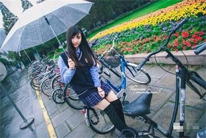 Trịnh Linh Lê, nữ sinh Hạ Môn đang khiến cộng đồng mạng Trung Quốc xôn xao vì những bức ảnh mặc đồng phục.