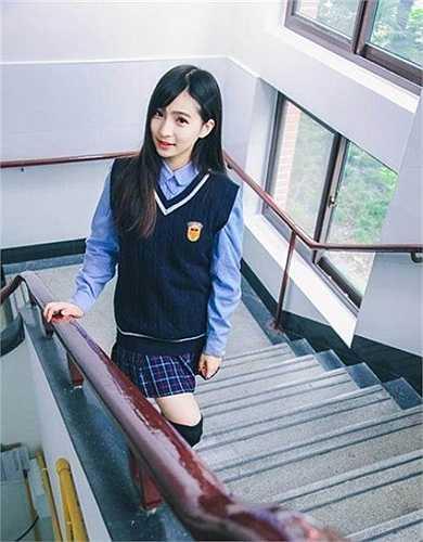 Nhiều người đã so sánh Linh Lê với các hot girl của các trường đại học khác. Cô học giỏi, ngoan ngoãn.