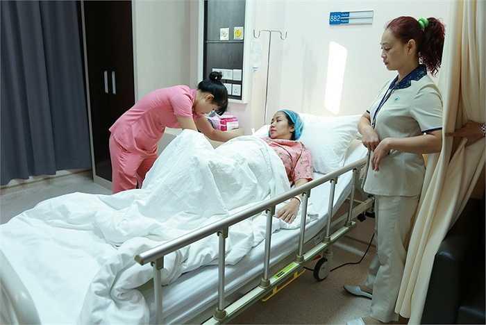 Sau 1 tiếng 30 phút, ca mổ được thực hiện thành công, Ốc Thanh Vân được chuyển đến phòng hồi sức tích cực.